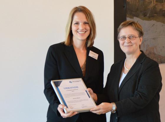 Die Preisträgerin Sandra Mekler mit Dr. Henriette Meissner (v.l.)